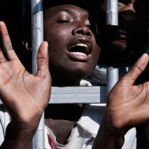 busos tras los barrotes de las prisiones libias