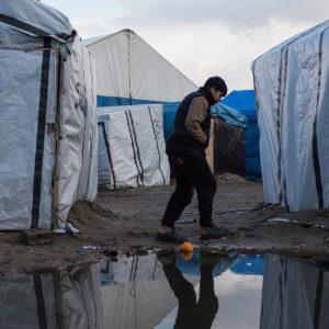 enegar los servicios a los migrantes en Calais viola los derechos humanos