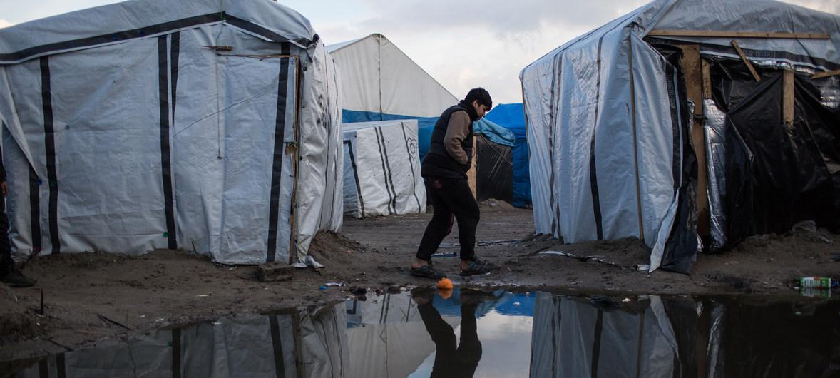 Denegar los servicios a los migrantes en Calais viola los derechos humanos