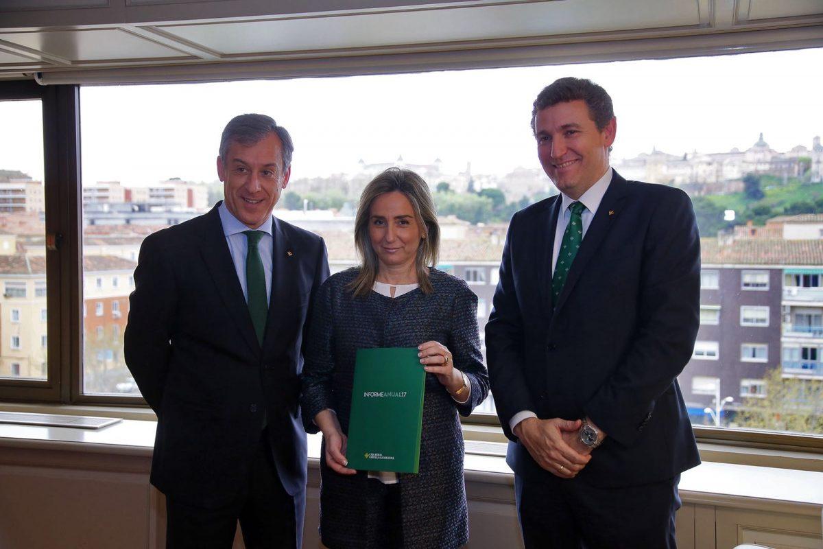"""La alcaldesa recibe la Memoria de Caja Rural Castilla-La Mancha y destaca la gestión """"prudente"""" y el compromiso de la entidad"""