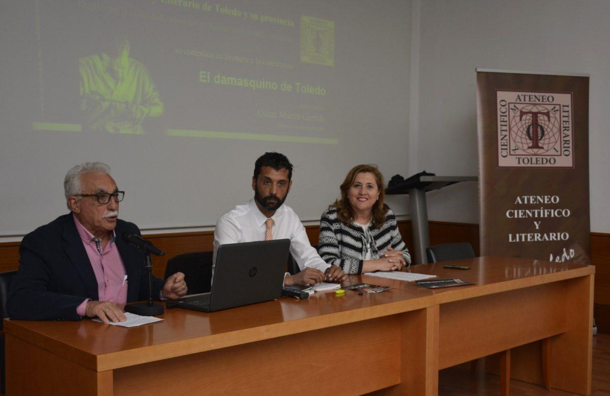 El Gobierno respalda la conferencia del damasquinador Óscar Martín Garrido y destaca su papel como embajador de Toledo