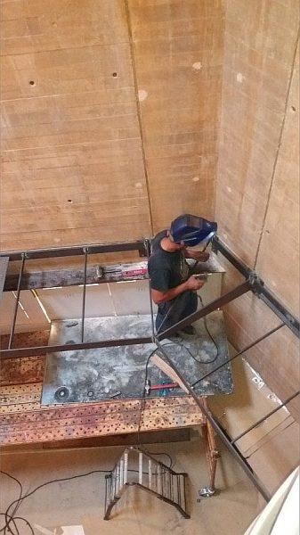 015 11-09-2017 Construcción de la pasarela lateral de la primera planta