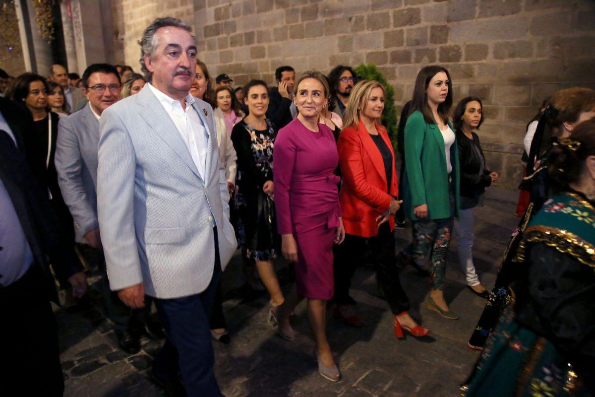 http://www.toledo.es/wp-content/uploads/2018/05/01_pertiguero-1200x800.jpg. La alcaldesa encabeza la Corporación municipal que acompaña al pertiguero en la inauguración de la Carrera Procesional del Corpus