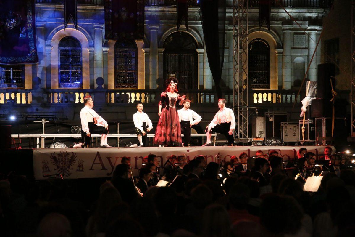 http://www.toledo.es/wp-content/uploads/2018/05/04_zarzuela-1200x800.jpg. El escenario de la plaza del Ayuntamiento acoge dentro del Corpus con gran éxito de público la 'Gran Antología de la Zarzuela'