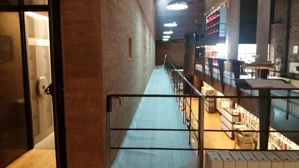 074 11-01-2018 Colocación de tarima sobre la pasarela central.