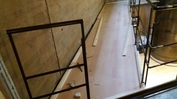 079 30-01-2018 Colocación de molduras laterales en las pasarelas