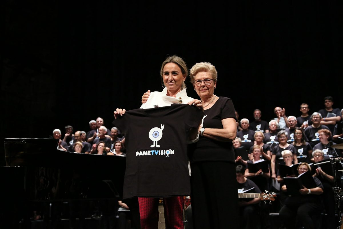 La alcaldesa, madrina de honor del concierto solidario 'Apaga la luz y cantar', tras mostrar su apoyo a la retinosis pigmentaría