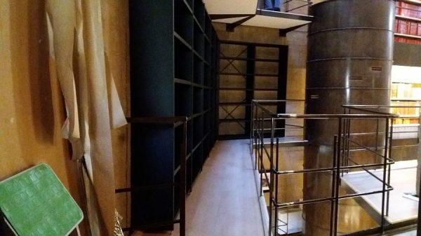 091 07-02-2018 Instalación de la estantería lateral de la planta primera