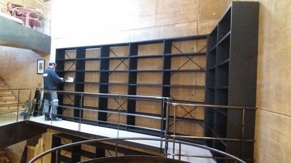 098 07-02-2018 Instalación de la estantería lateral de la planta segunda
