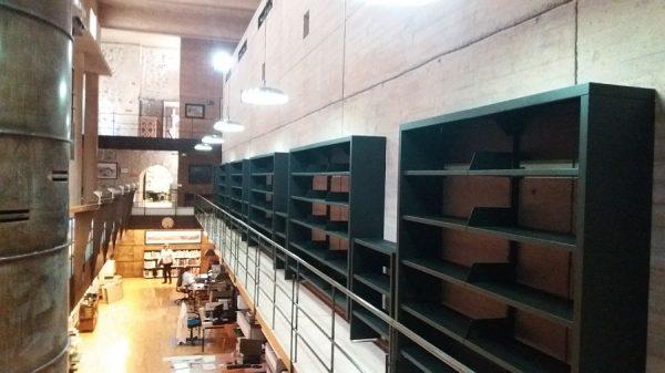 121 13-04-2018 Colocación de módulos pequeños en la estantería central de la planta primera