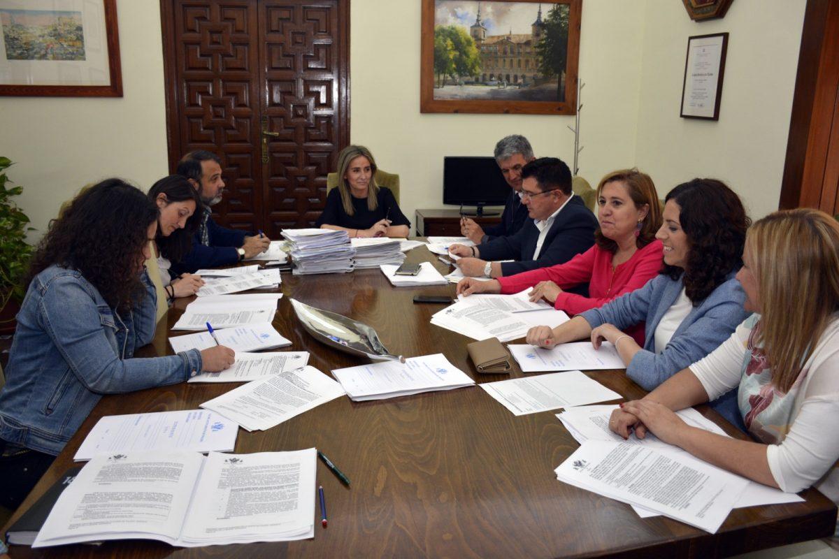 """https://www.toledo.es/wp-content/uploads/2018/05/20180516_junta_gobierno_local01-1200x800.jpg. Toledo se suma al manifiesto """"Municipios por el cumplimiento efectivo del Pacto de Estado en materia de violencia de género""""."""