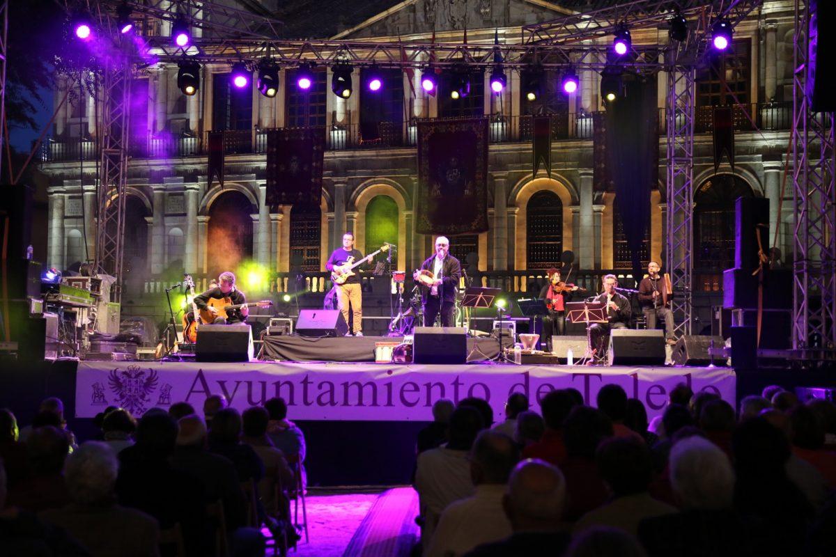 http://www.toledo.es/wp-content/uploads/2018/05/aljibe_corpus-01-1200x800.jpg. 'Aljibe' se hace con el público de la plaza del Ayuntamiento en la presentación de 'Agua, músicas tradicionales de la cuenca del Tajo'