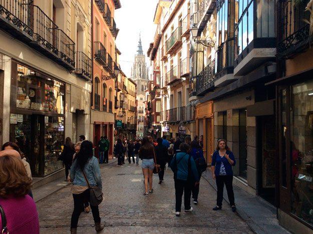 http://www.toledo.es/wp-content/uploads/2018/05/calle-comercios-toledo-625x467.jpg. Un total de 22 establecimientos solicitan las ayudas de apoyo al comercio local del Ayuntamiento para su modernización y mejora
