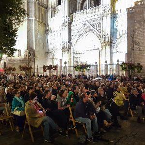 a plaza del Ayuntamiento registra un lleno absoluto con la música en directo de los toledanos que dan vida al grupo 'Candela y son'