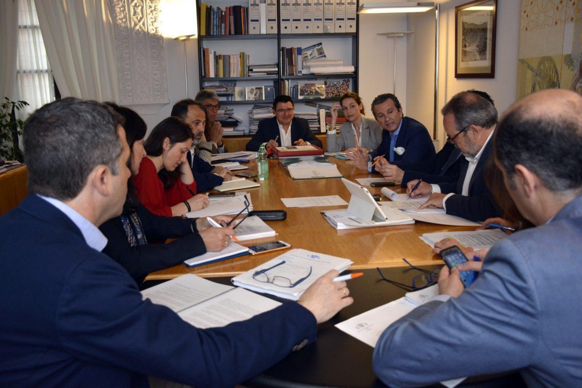 http://www.toledo.es/wp-content/uploads/2018/05/comision_urbanismo-1200x800-1-1200x800.jpg. El Ayuntamiento actualiza el Plan Especial del Casco para velar por el bienestar de los residentes y armonizar los usos hosteleros