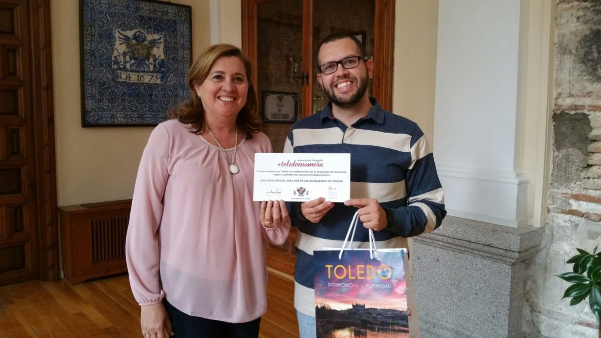http://www.toledo.es/wp-content/uploads/2018/05/garrigos-1200x675.jpeg. El ganador del concurso 'Toledo Enamora 2018' recoge en el Ayuntamiento el cheque para asistir a una Cena a Ciegas