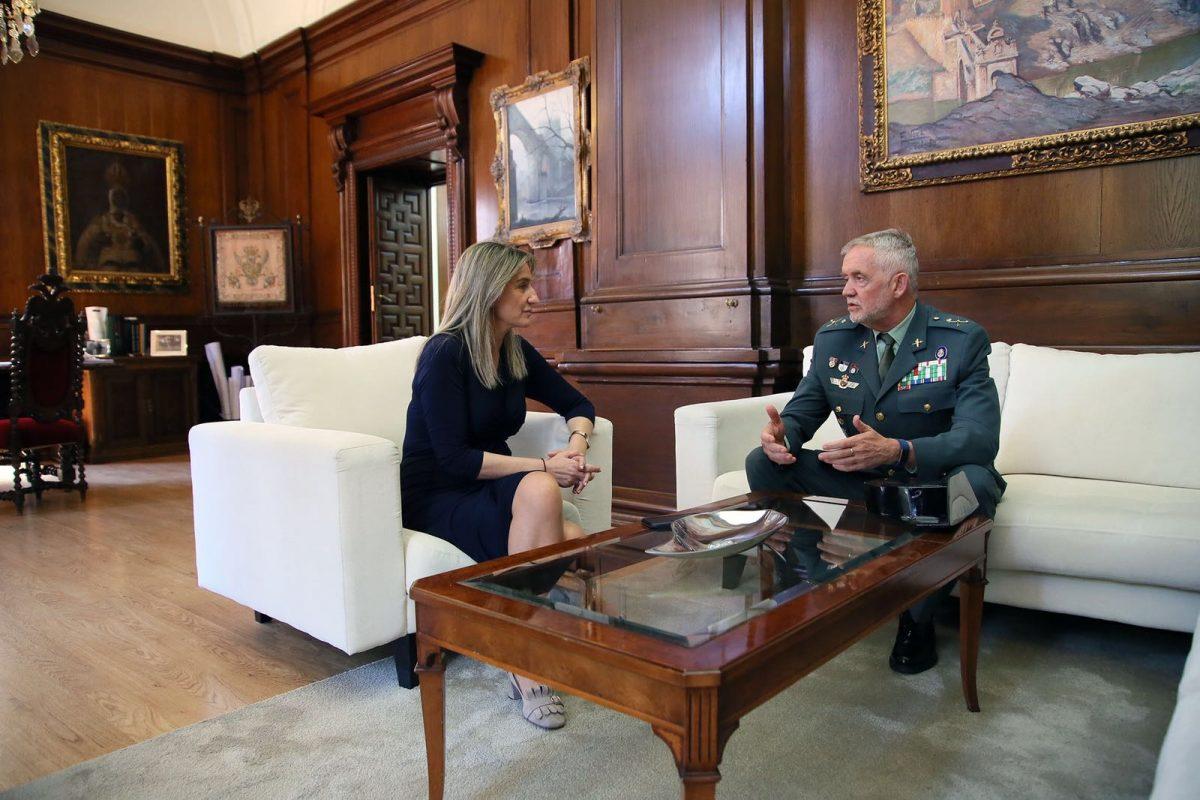 https://www.toledo.es/wp-content/uploads/2018/05/milagros-tolon_jefe-guardia-civil-clm-1200x800.jpeg. La alcaldesa se reúne con el jefe de la Guardia Civil en Castilla-La Mancha para repasar y establecer líneas de colaboración
