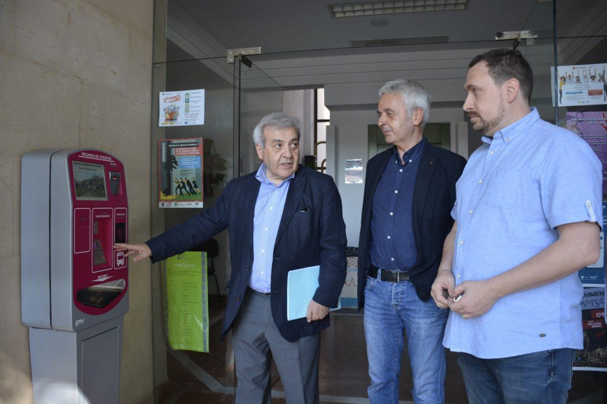 http://www.toledo.es/wp-content/uploads/2018/05/perez-del-pino_puntos-de-recarga-bus-6-1200x800.jpg. El Consistorio instala tres nuevos puntos de recarga de tarjetas del bus urbano en Buenavista, Polígono y la Estación de Autobuses