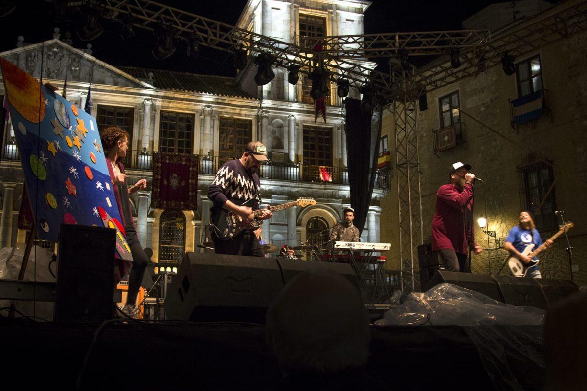 https://www.toledo.es/wp-content/uploads/2018/05/whatsapp-image-2018-05-26-at-11.11.26-1200x800.jpeg. Diversitas Fest llena la plaza del Ayuntamiento con la música de O'Funkillo y muestra el Corpus más inclusivo a pesar de la lluvia