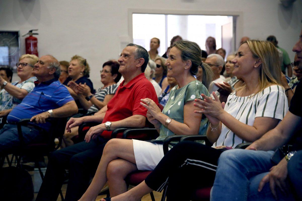 La alcaldesa comparte las primeras actividades de las fiestas de Santa Bárbara dedicadas a los mayores de este emblemático barrio