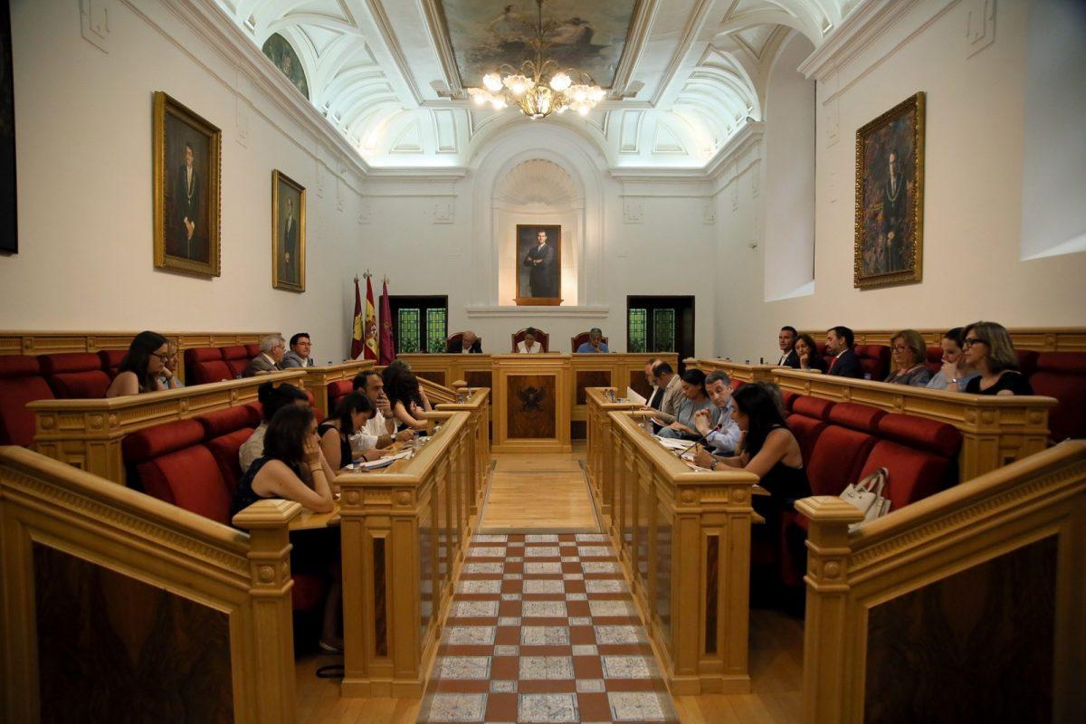 https://www.toledo.es/wp-content/uploads/2018/06/05_pleno_municipal-1200x800.jpg. El Pleno aprueba inicialmente la modificación 28 del PGMOUT-86 y con carácter definitivo la Ordenanza de Arte en la Calle