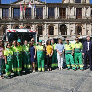 a alcaldesa presenta la Escoba de Platino, fruto del civismo de los toledanos y el esfuerzo de los trabajadores del servicio de limpieza