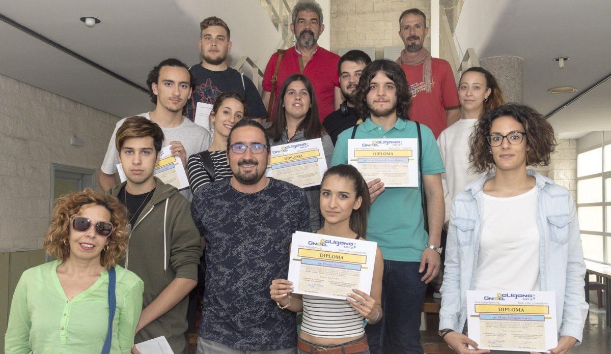 Los jóvenes de los talleres de radio que el Ayuntamiento organiza en Onda Polígono reciben los diplomas que acreditan su formación