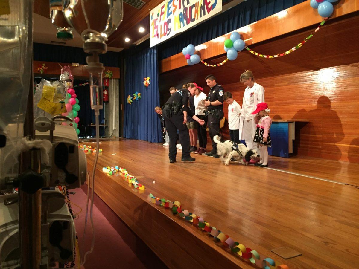 https://www.toledo.es/wp-content/uploads/2018/06/exhibicion-1200x900.jpg. Policía Local y Bomberos acompañan a niños hospitalizados en el hospital Virgen de la Salud en la fiesta infantil 'Los Maruchines'