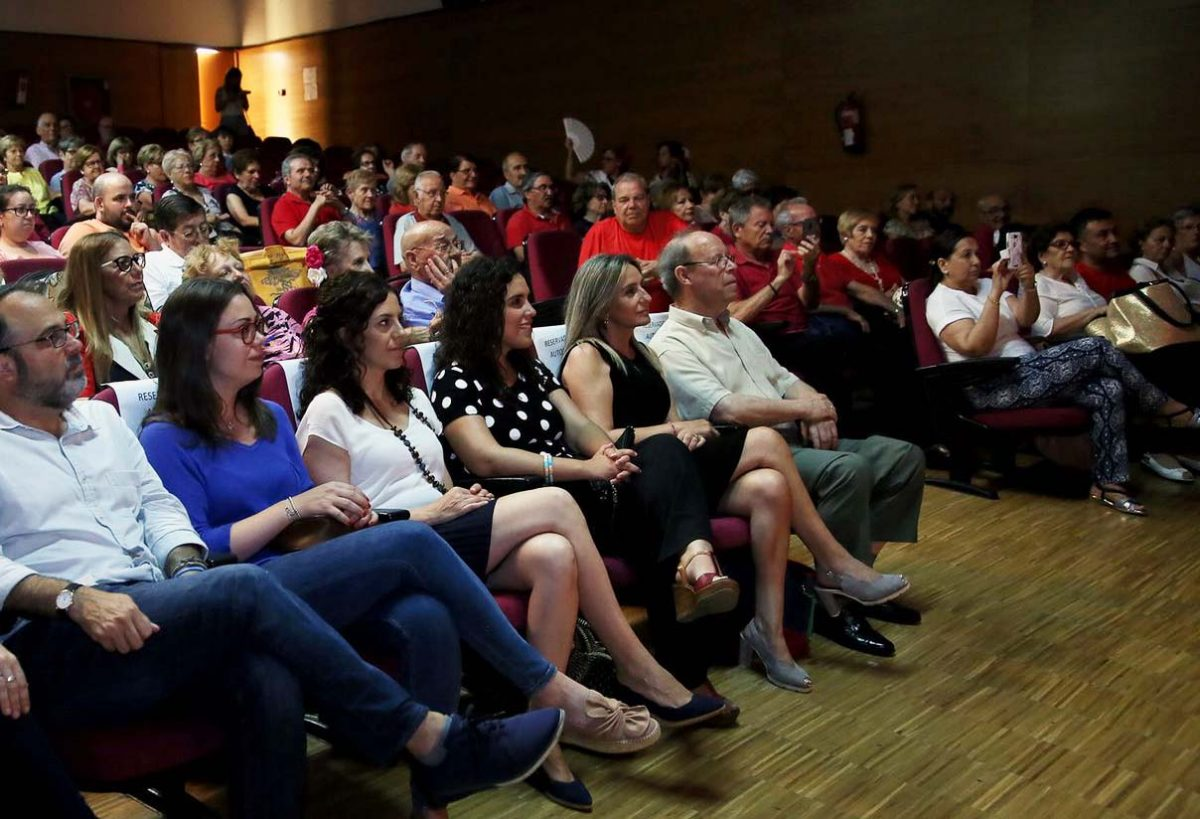 Milagros Tolón asiste en la sala Thalía del Polígono al festival fin de curso organizado por el Centro Municipal de Mayores del barrio