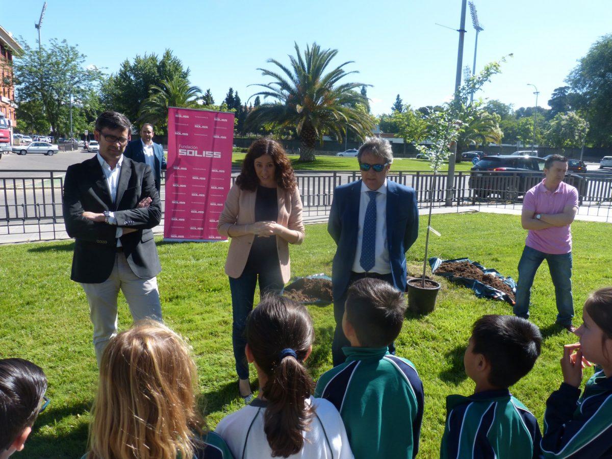 http://www.toledo.es/wp-content/uploads/2018/06/noelia-de-la-cruz_olmo-soliss_1-1200x900.jpg. El Ayuntamiento muestra su compromiso con el medio ambiente y participa en el Proyecto Olmo de la Fundación Soliss y el Ministerio