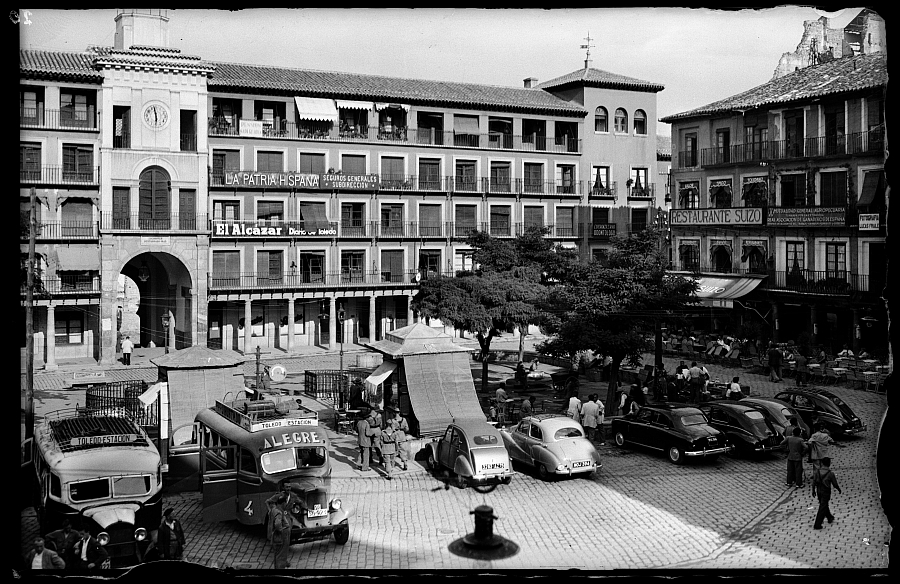 http://www.toledo.es/wp-content/uploads/2018/06/plaza-de-zocodover.jpg. Toledo en las fotos de Artigot (1952)
