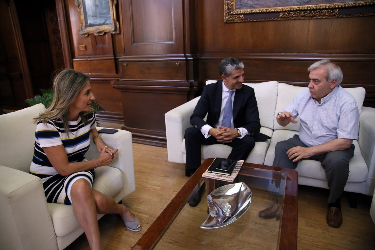 La alcaldesa traslada su apoyo y la colaboración municipal al nuevo presidente del Club Deportivo Toledo