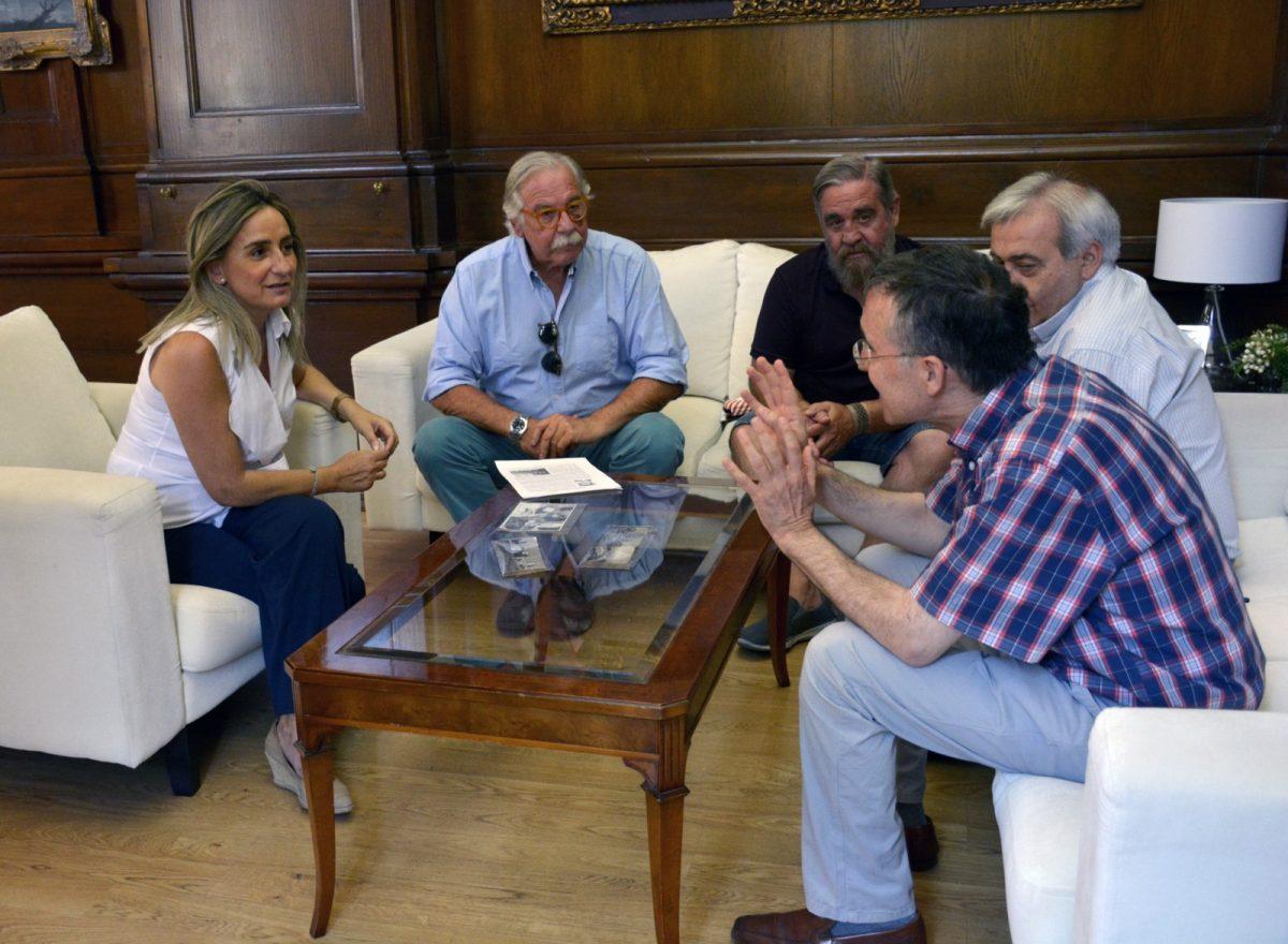 La alcaldesa agradece a la familia de Mariano Martínez la cesión gratuita de casi 600 fotografías para el Archivo Municipal