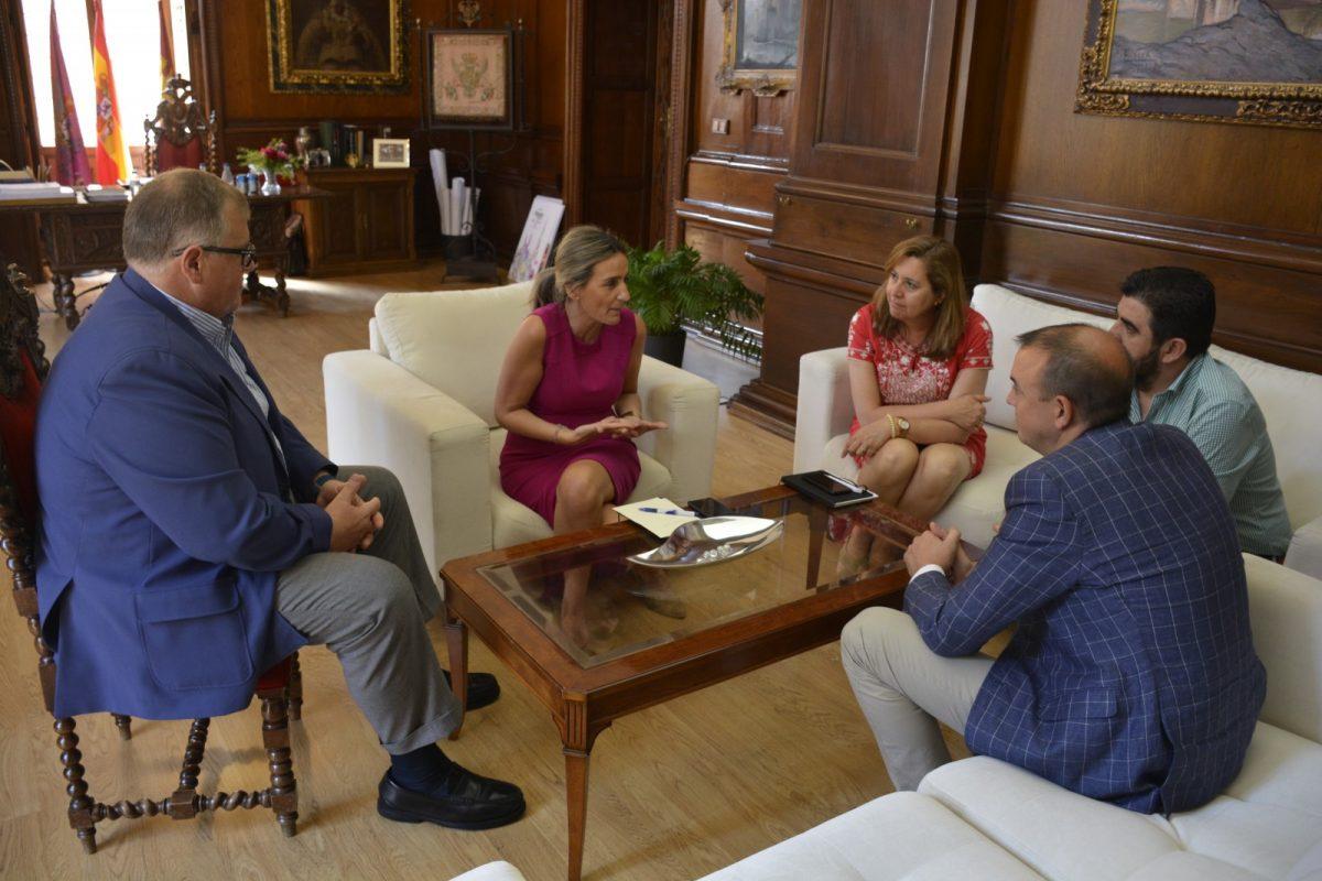 https://www.toledo.es/wp-content/uploads/2018/07/dsc1841-1200x800.jpg. La alcaldesa de Toledo repasa con la Asociación de Hostelería los asuntos que afectan a los profesionales del sector turístico