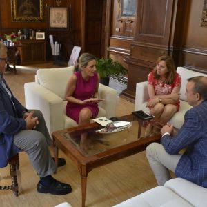 La alcaldesa de Toledo repasa con la Asociación de Hostelería los asuntos que afectan a los profesionales del sector turístico