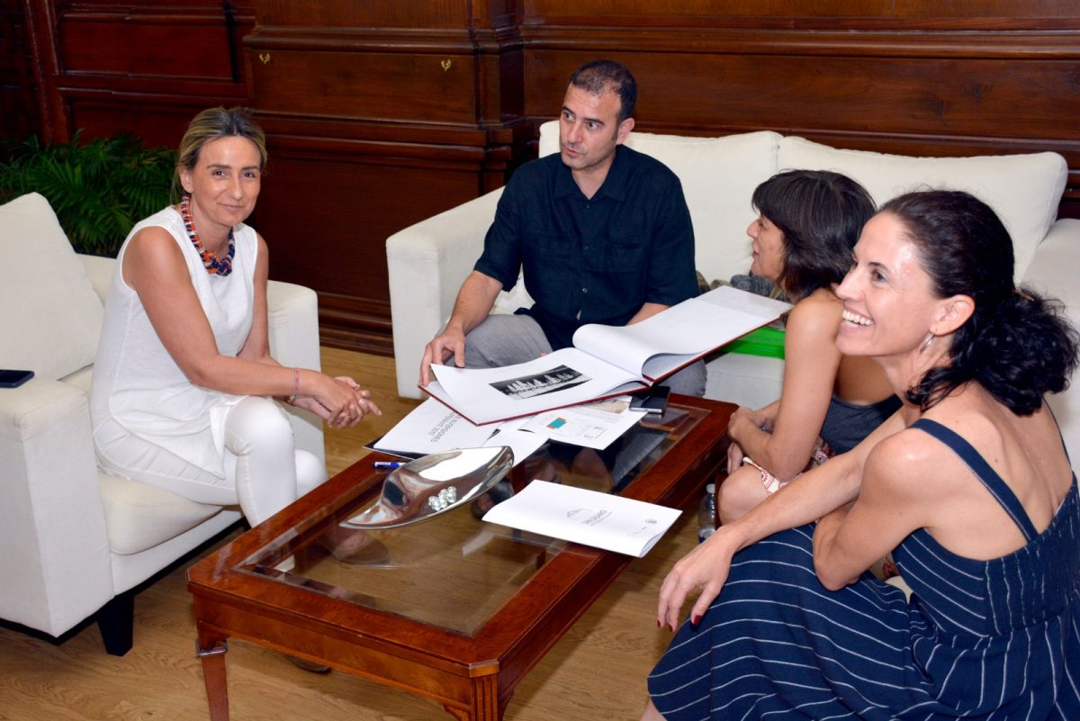 La alcaldesa de Toledo, Milagros Tolón, mantiene una reunión con el Club Esgrima de Toledo y analiza posibles usos de San Lázaro