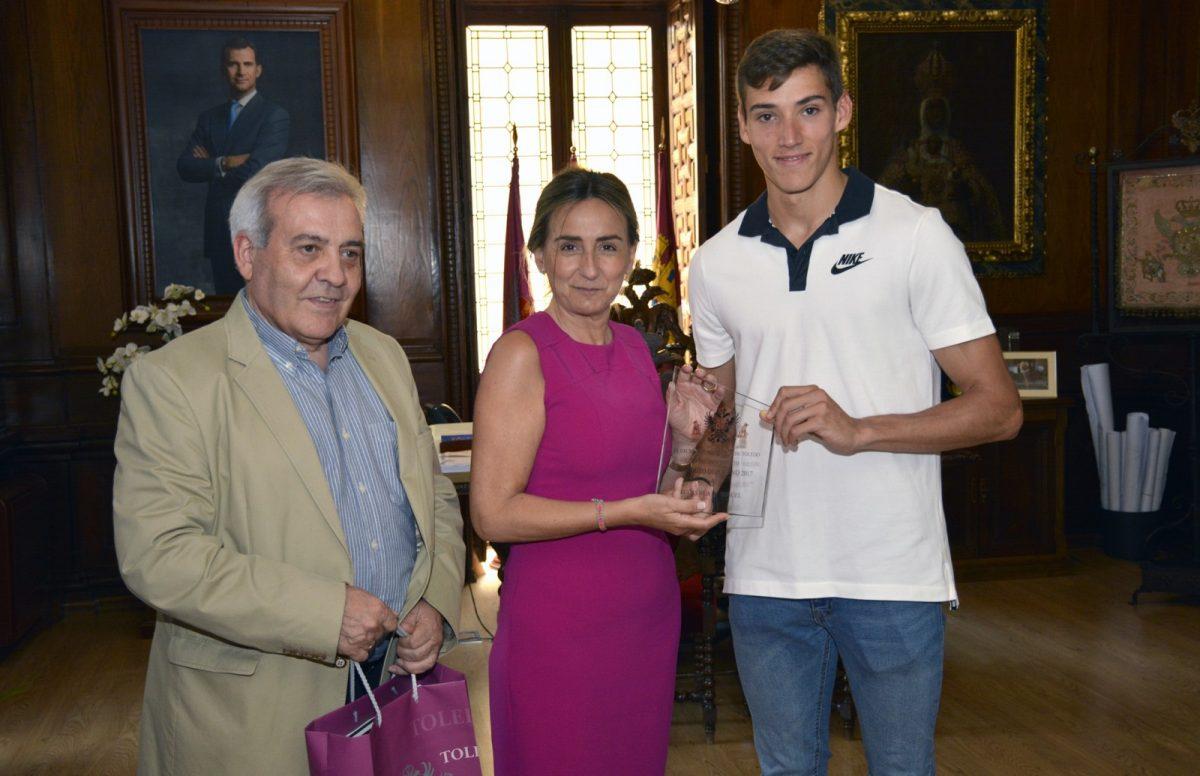 https://www.toledo.es/wp-content/uploads/2018/07/milagros-tolon_lucas-bua_1-1200x776.jpg. Milagros Tolón destaca los valores del deporte en la juventud y entrega al atleta toledano Lucas Búa el premio al mérito deportivo