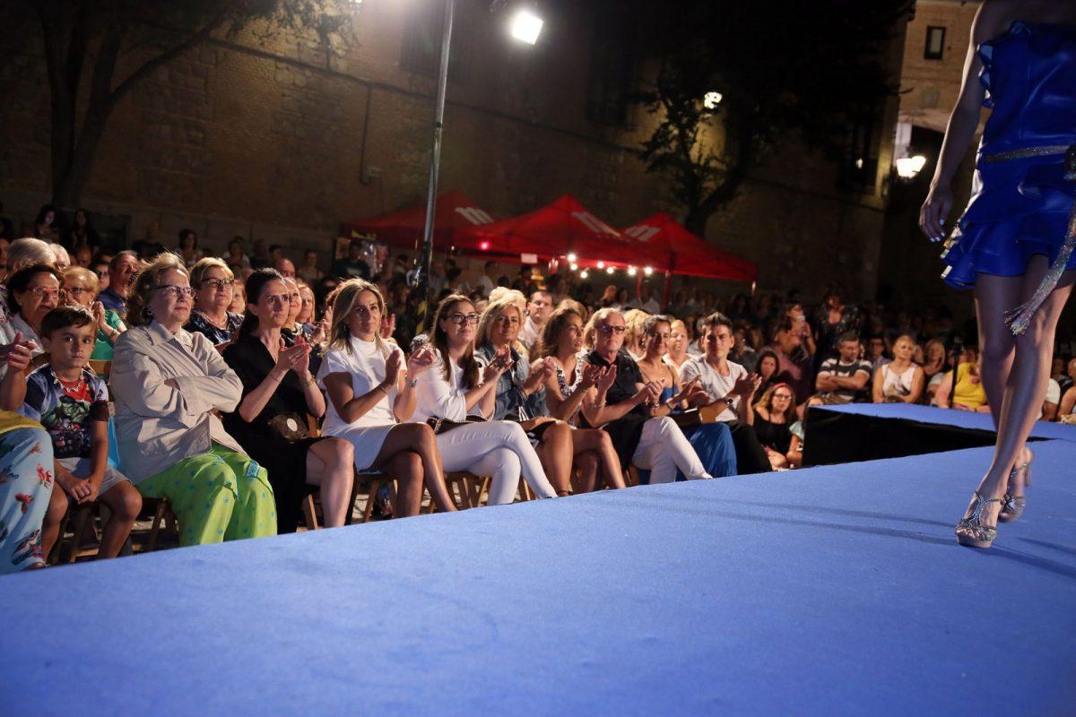 http://www.toledo.es/wp-content/uploads/2018/08/03_desfile_moda_jose_sanchez-1200x800.jpg. La alcaldesa asiste al desfile de moda denominado 'Viaje a los 80' de José Sánchez con motivo de la Feria y Fiestas de Toledo 2018