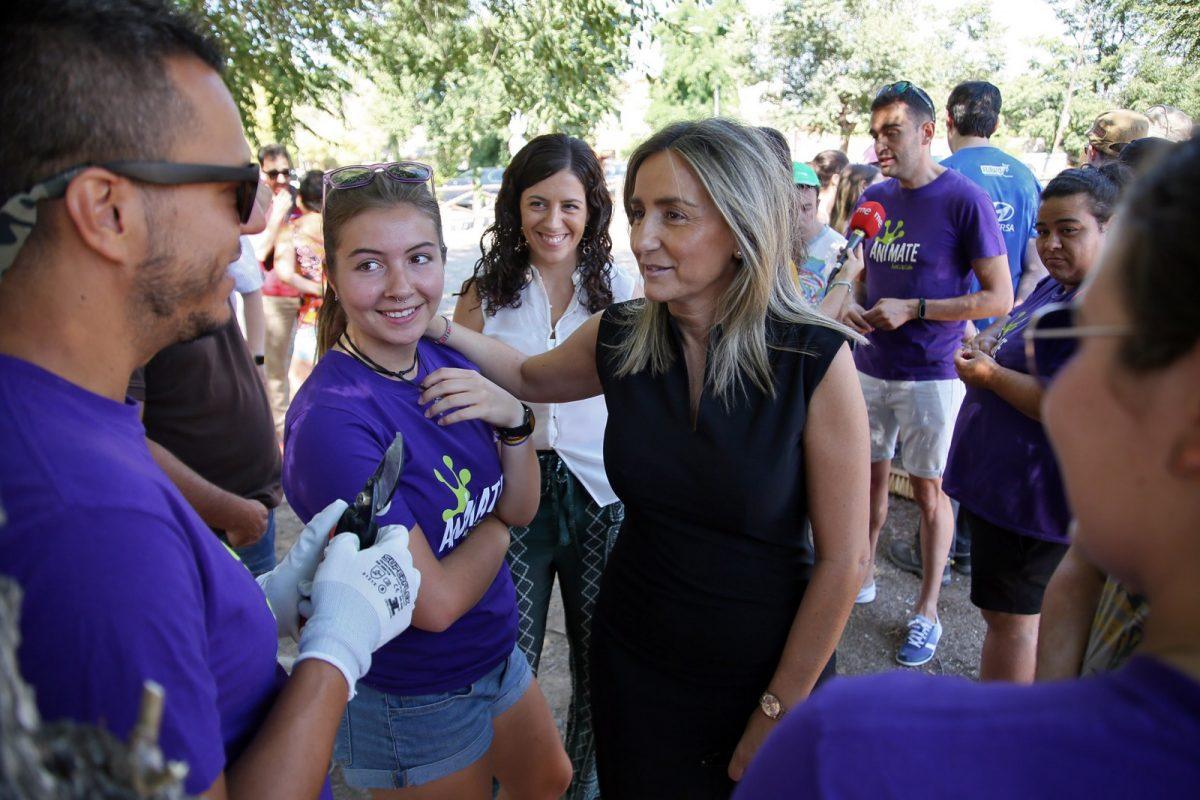 """https://www.toledo.es/wp-content/uploads/2018/08/06_desbroce_circo_romano-1200x800.jpg. La alcaldesa valora el """"ejemplo y el compromiso"""" de los jóvenes que participan como voluntarios en la limpieza del Circo Romano"""