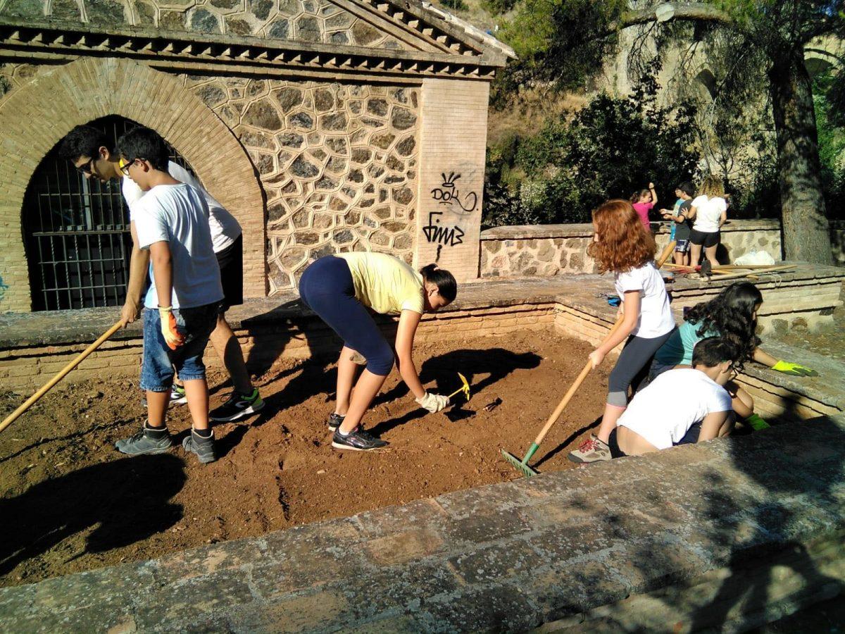 https://www.toledo.es/wp-content/uploads/2018/08/campamento_juventud03-1200x900.jpeg. Jóvenes toledanos disfrutan aprendiendo sobre el río, el medio ambiente y la cultura en el campamento urbano 'Mirando al Tajo'
