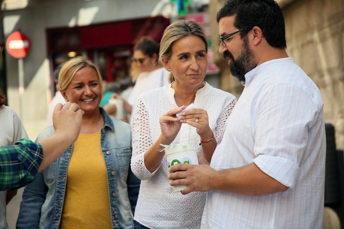 http://www.toledo.es/wp-content/uploads/2018/09/02_cuestacion_enfermos_alzheimer-1200x800.jpg. La alcaldesa respalda la cuestación de la Asociación de Familiares de Enfermos de Alzheimer en el marco de su Día Internacional