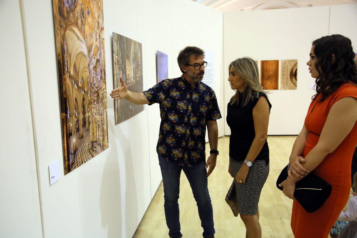 """La alcaldesa inaugura en el centro cultural San Marcos la exposición """"Fotografías de Toledo"""", de David Blázquez"""