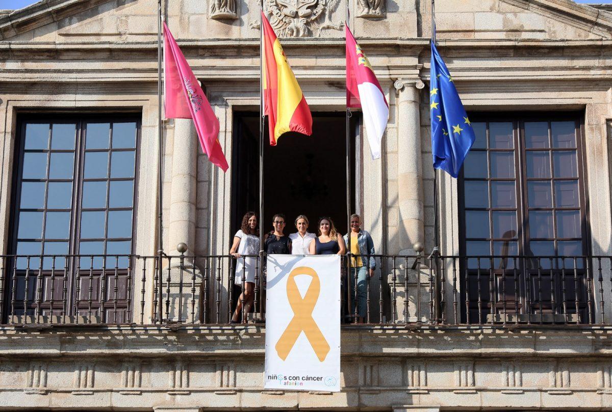 El Ayuntamiento se suma a la campaña mundial de sensibilización del cáncer infantil y luce en su fachada el lazo dorado