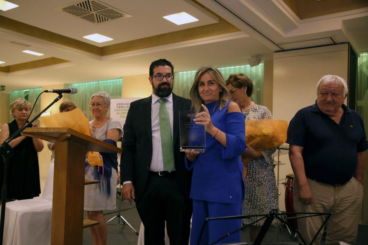 http://www.toledo.es/wp-content/uploads/2018/09/05_cena_alzehimer-1200x800.jpg. Milagros Tolón destaca la contribución de la Asociación de Alzheimer a la ciudad en su nombramiento como socia de honor