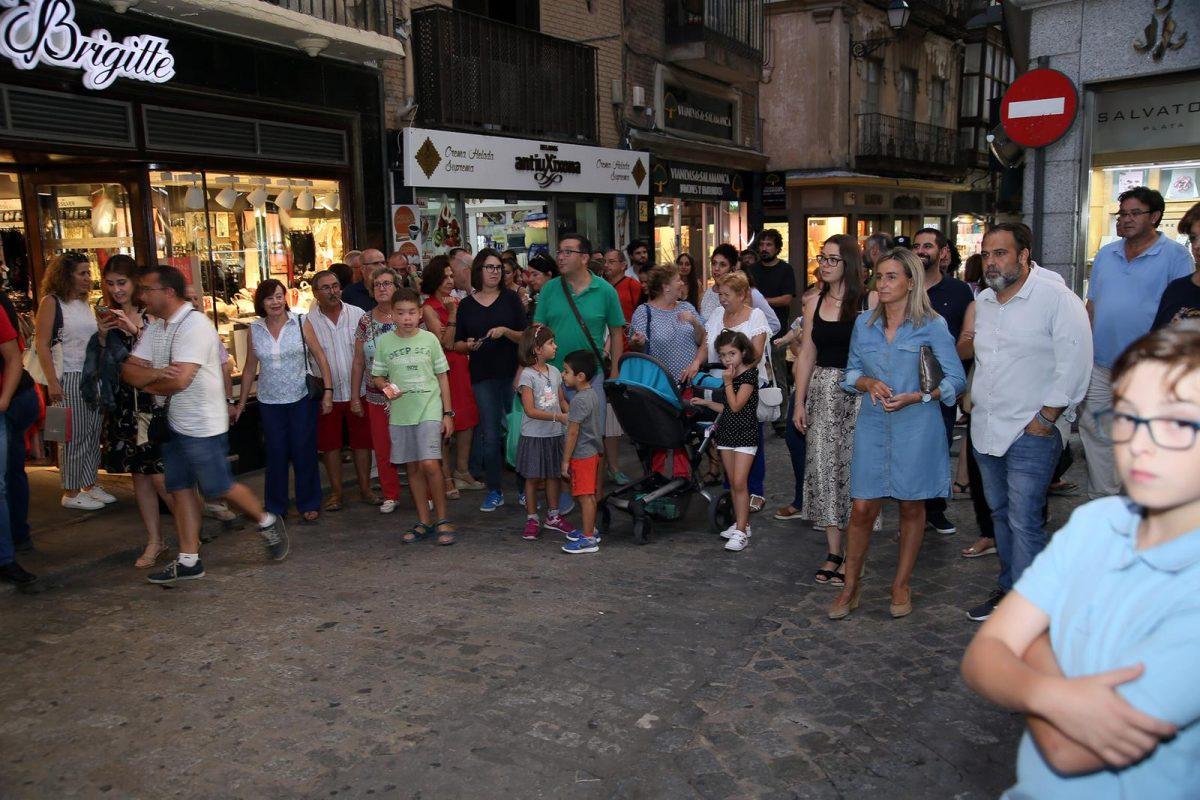La alcaldesa de Toledo asiste al pasacalles que abre la 21° edición del Festival de Jazz de Toledo