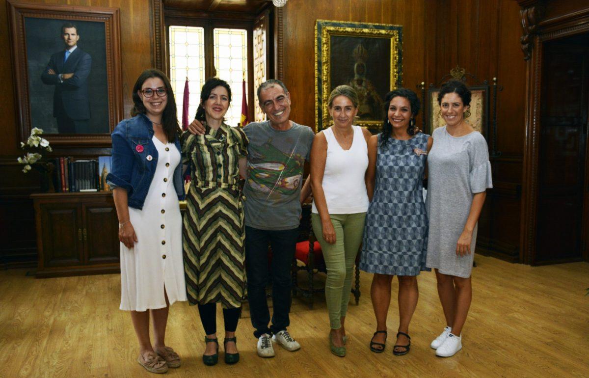 La alcaldesa se interesa por la actividad cultural de la iniciativa Matadero LAB en un encuentro con los impulsores del proyecto