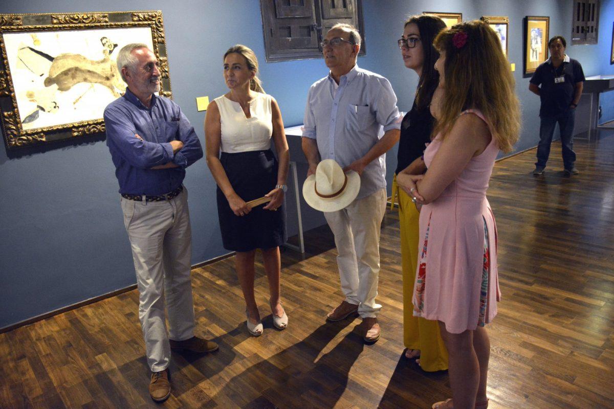 La alcaldesa visita la exposición del artista plástico e hijo adoptivo de la ciudad Pablo Sanguino en el Museo del Greco