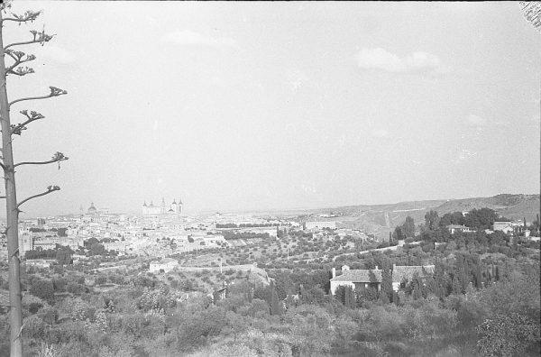 MMH-054-Vista de Toledo desde un cigarral_20-09-1963 - Foto Nieto