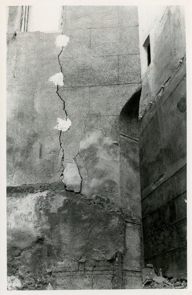 MMH-080-Grietas en la fachada de sus oficinas en la calle Núñez de Arce _ca 1965 - Fot Flores