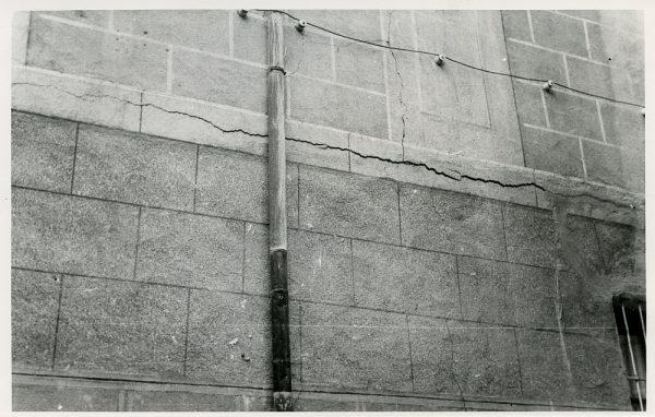 MMH-081-Grietas en la fachada de sus oficinas en la calle Núñez de Arce _ca 1965 - Fot Flores